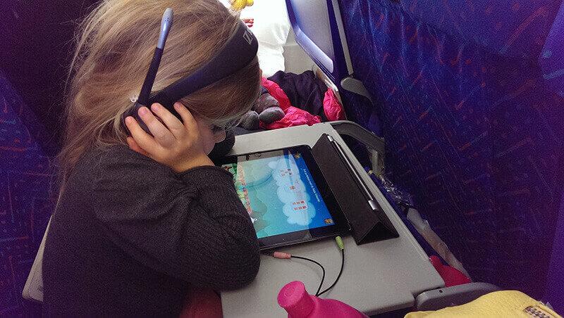 Smilla spiller lolas matematiktog ombord på flyet