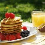 amerikanske pandekager med frugt og juice