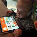 Sienna sidder og tester Kiidio app'en