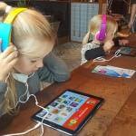 Smilla og Sienna tester app'en Kiidio til releasepartyet